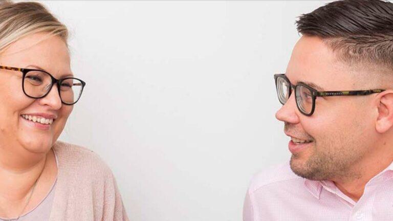 Sijaisvanhemmat Heini ja Tuomo Suomalainen hymyilevät.