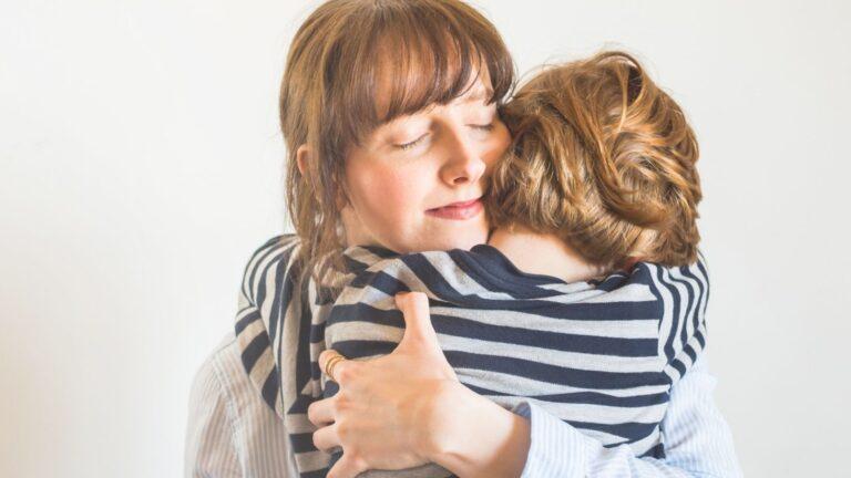 Äiti halaa poikaansa
