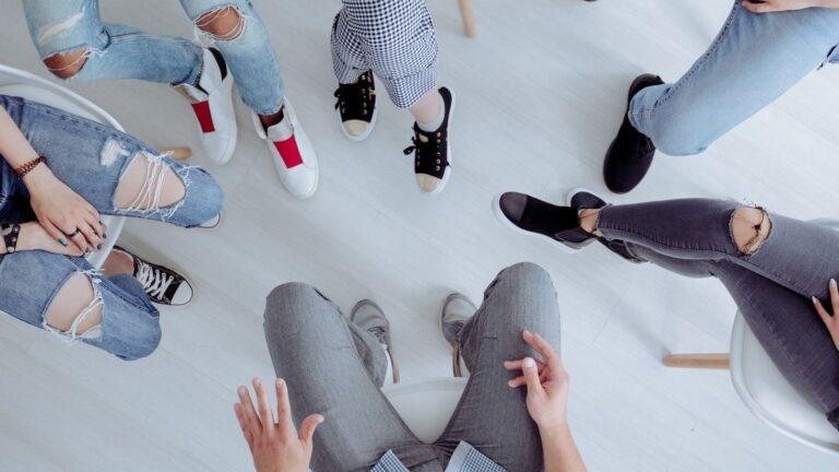 Joukko nuorten jalkoja kuvattu ylhäältäpäin.